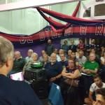 Adolfo hablando al publico presente