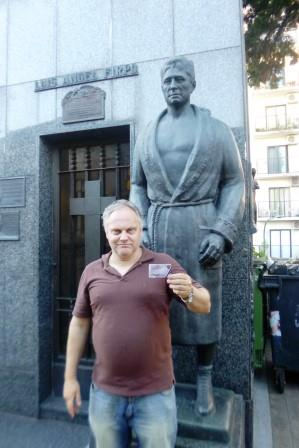 Adolfo visitando la estatua de Angel Firpo.Un grande