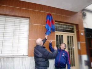 Diego Resnik y Daniel Peso descubren la plaqueta.
