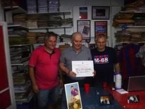 """El """"Tucumano"""" recibe el diploma  entregado por Adolfo y Diego"""