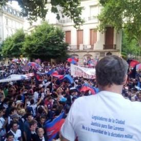 Adolfo y el pueblo en la embajada de Francia